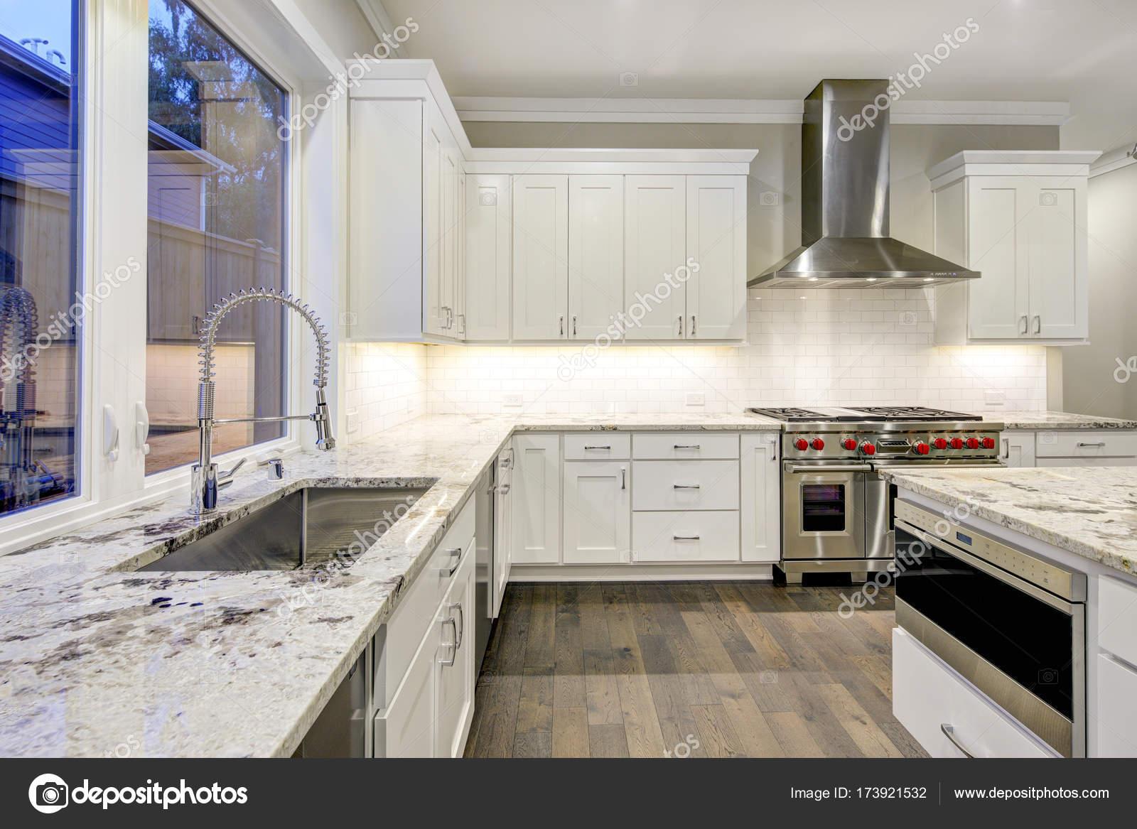 Disegno della cucina, ampie e spaziose con mobili da cucina bianchi ...