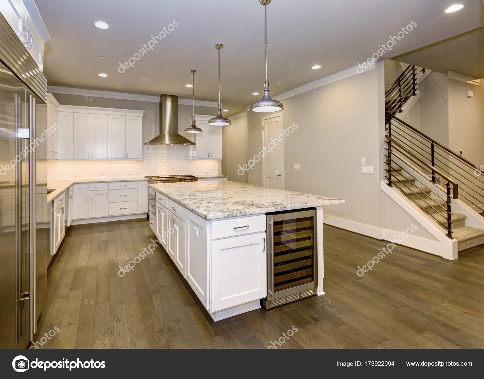 74bc86299fdb40 Conception de grande, spacieuse cuisine avec des armoires de cuisine  blanche– images de stock libres de droits