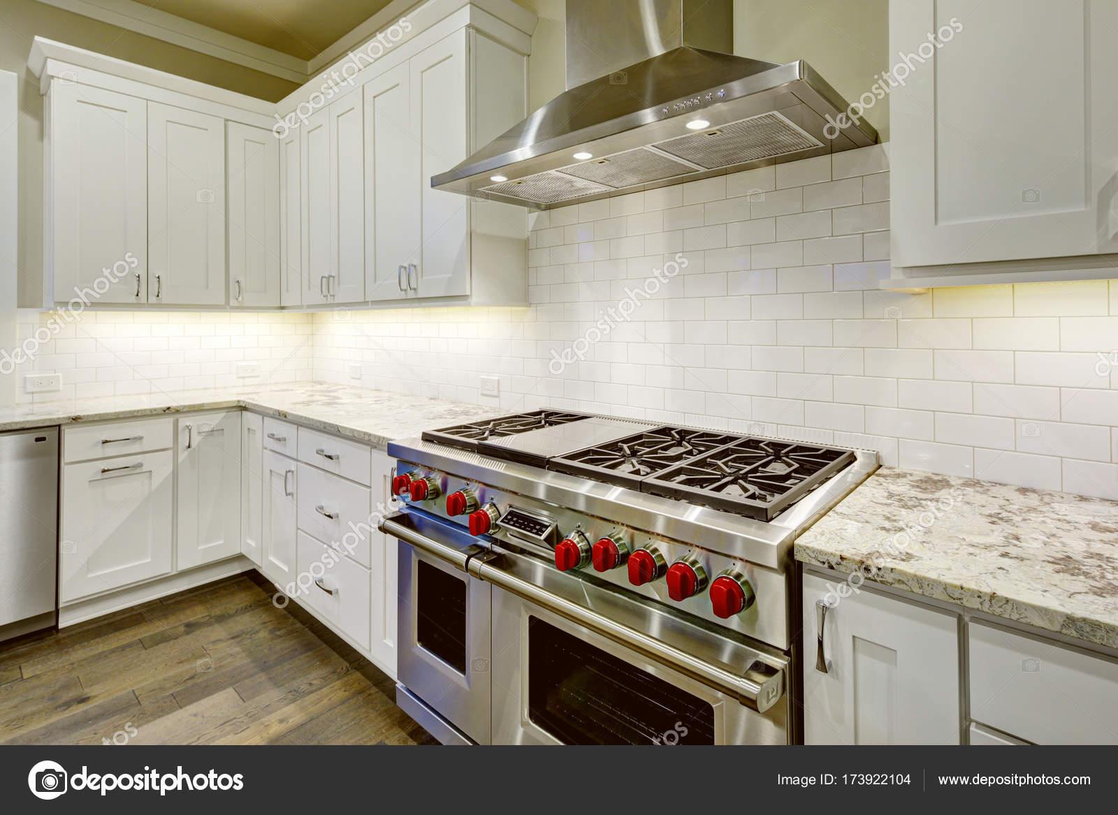 b0ba70e45b57fc Conception de grande, spacieuse cuisine avec des armoires de cuisine  blanche — Photo