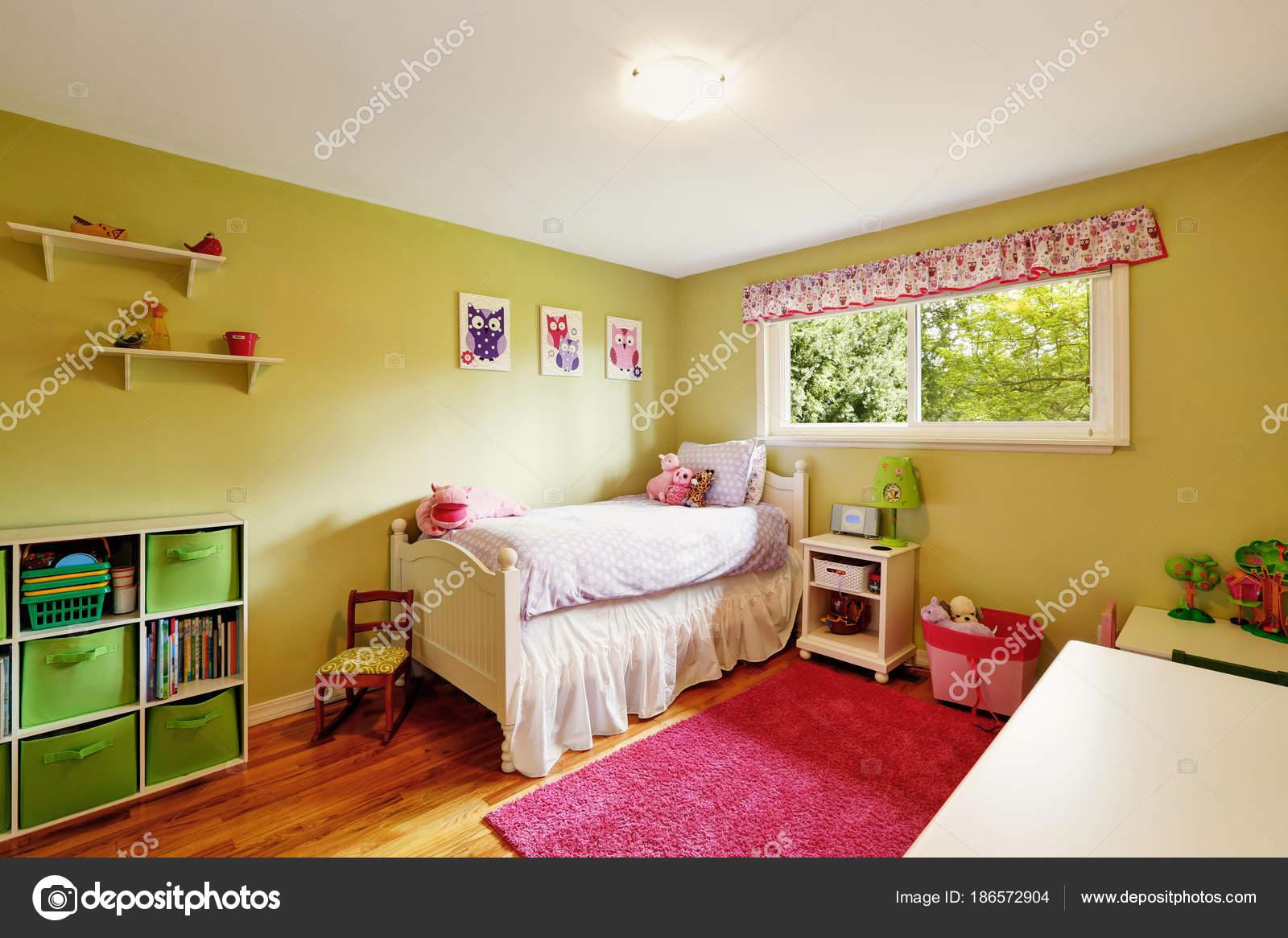 Stanza Da Letto Ragazza : Camera da letto della ragazza adorabile in toni verdi e rossi