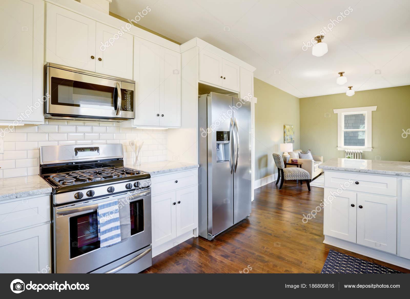 Frisch renovierter weiße und grüne Küche Innenraum — Stockfoto ...