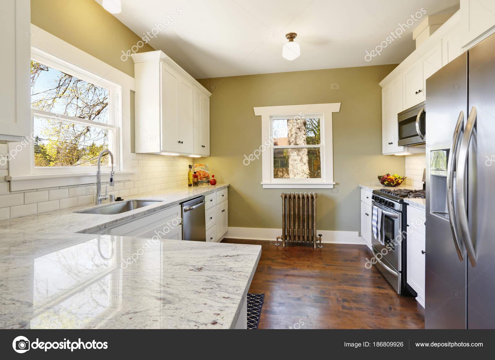Interior de habitación recién actualizada cocina blanco y verde ...