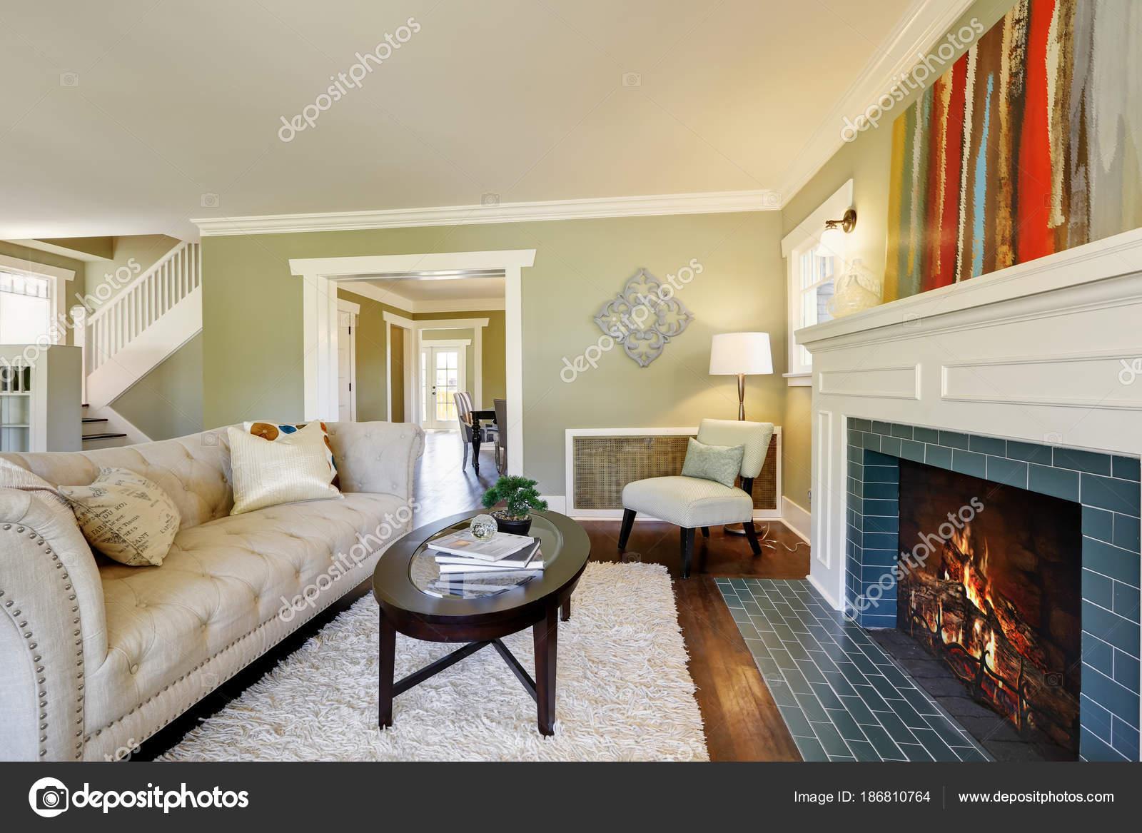 Chique groene woonkamer met een traditionele open haard — Stockfoto ...