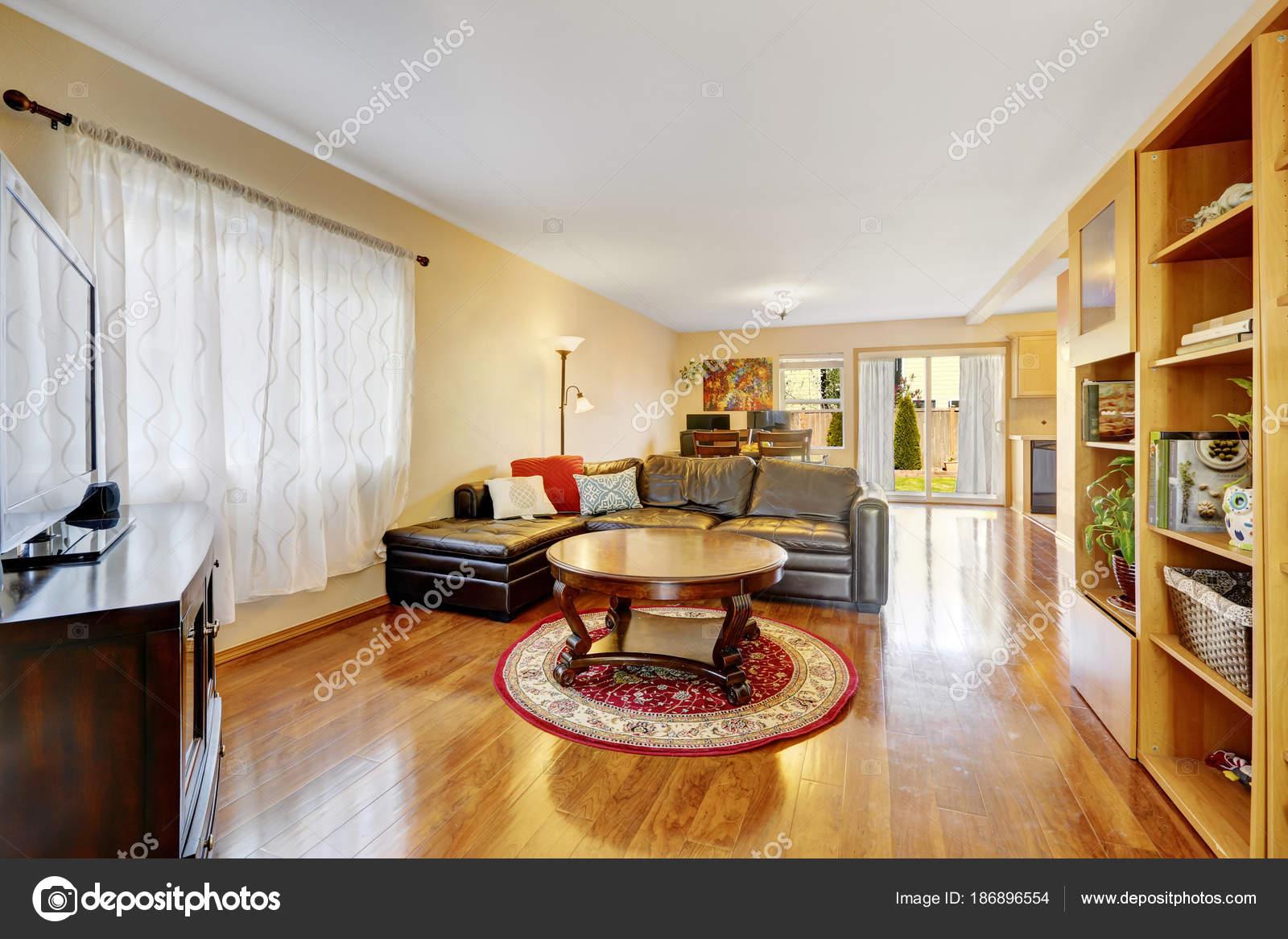 Open vloer woonkamer met warme gele muren — Stockfoto © iriana88w ...