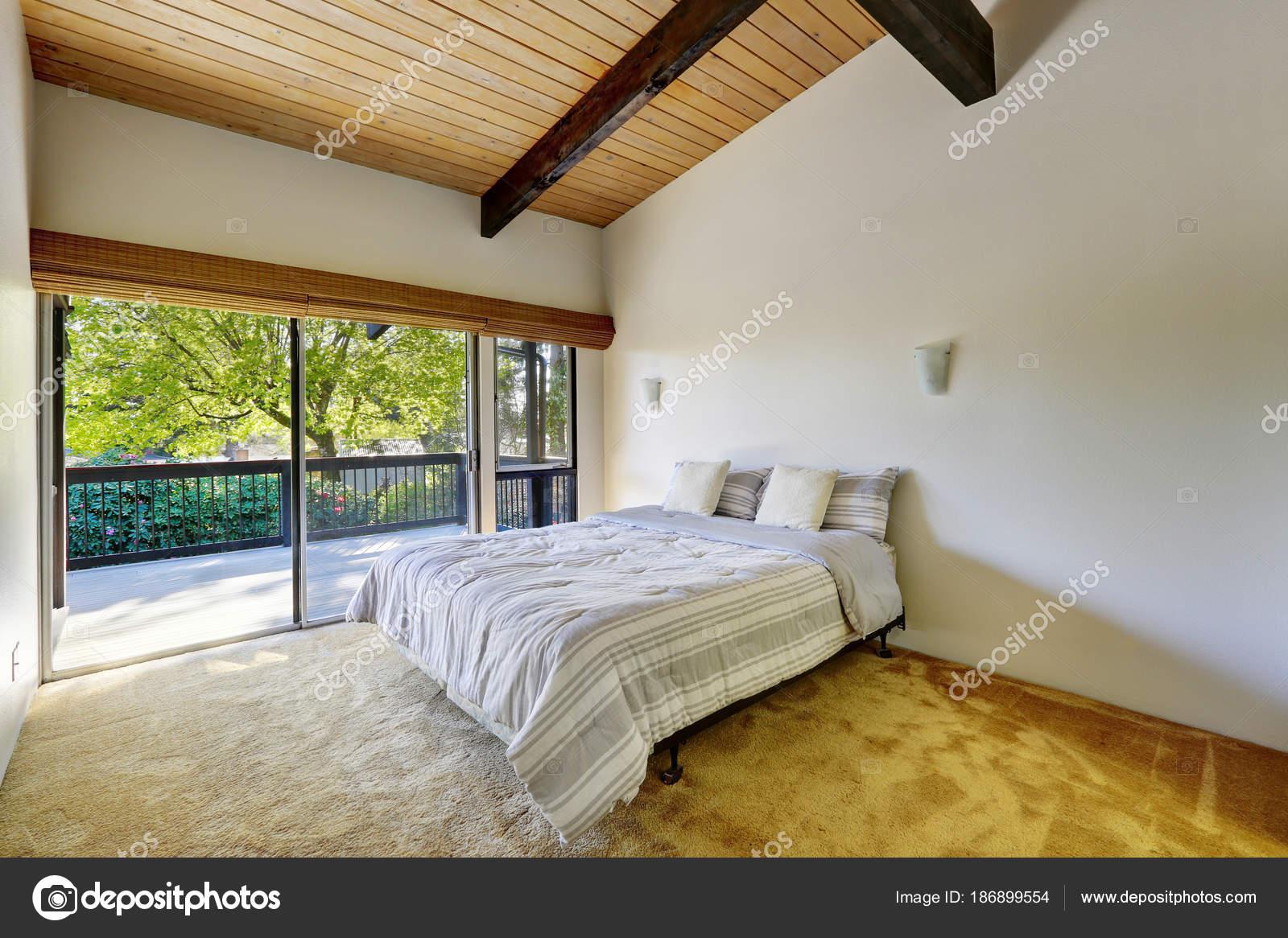Lichte slaapkamer ontwerp met houten plank gewelfde plafond ...
