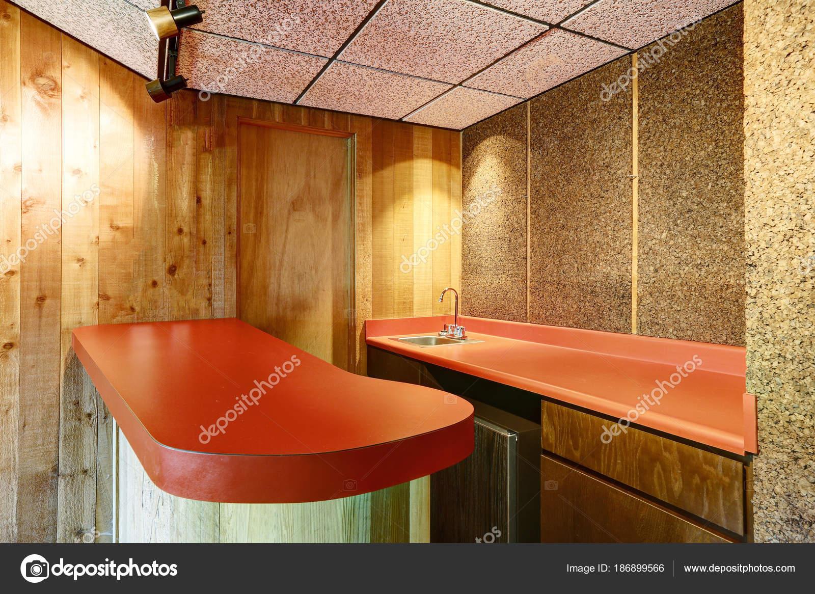 Bar Plank Aan Muur.Wet Bar Recoin Avec Compteurs Rouges Et Murs De Bois Photographie