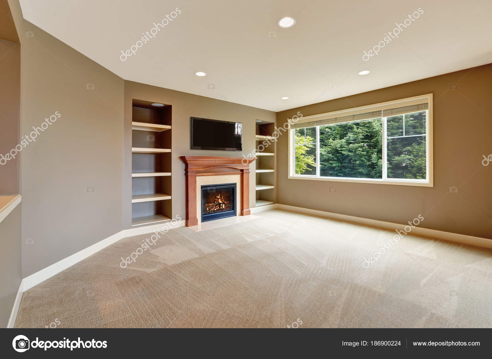 Bruin woonkamer interieur met open haard en boekenplanken ...