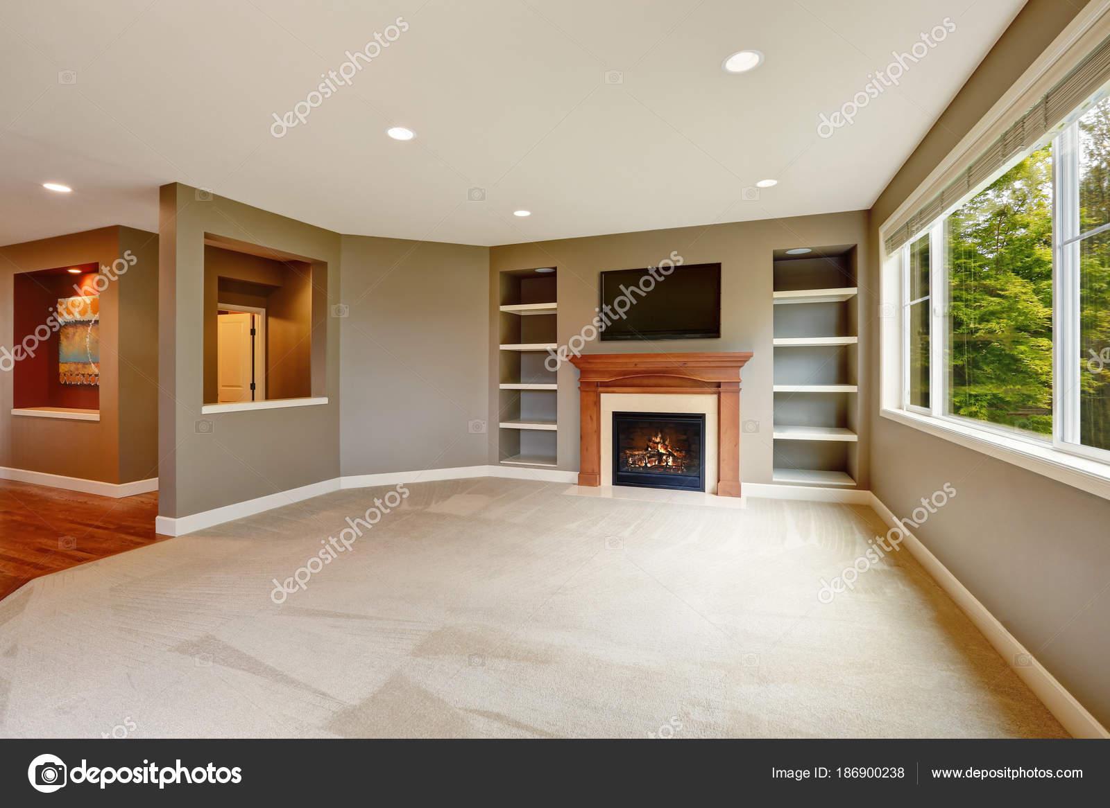 Marrón de sala interior con chimenea y libreros — Foto de stock ...