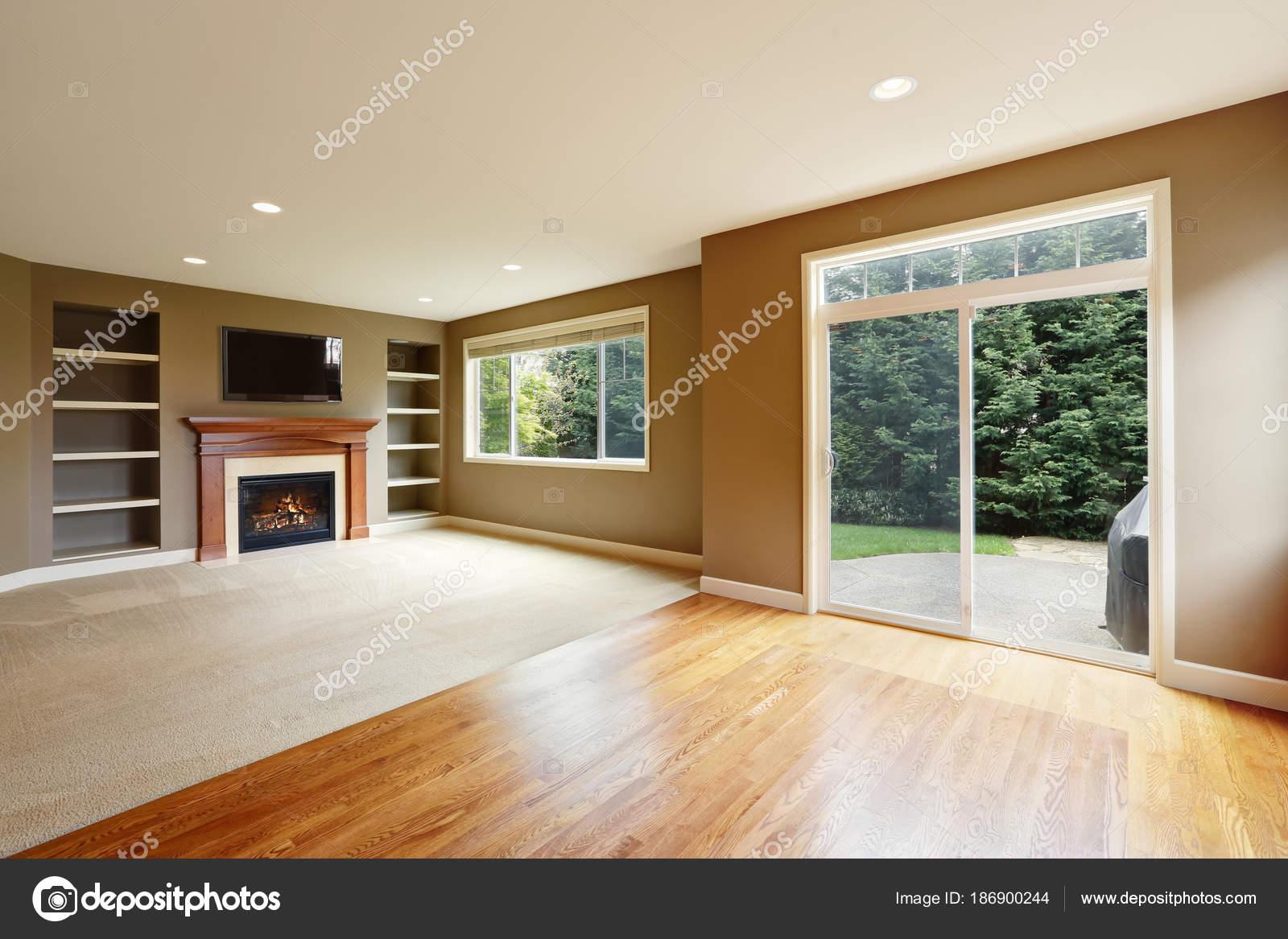 Intérieur marron salle de séjour avec cheminée et bibliothèque ...