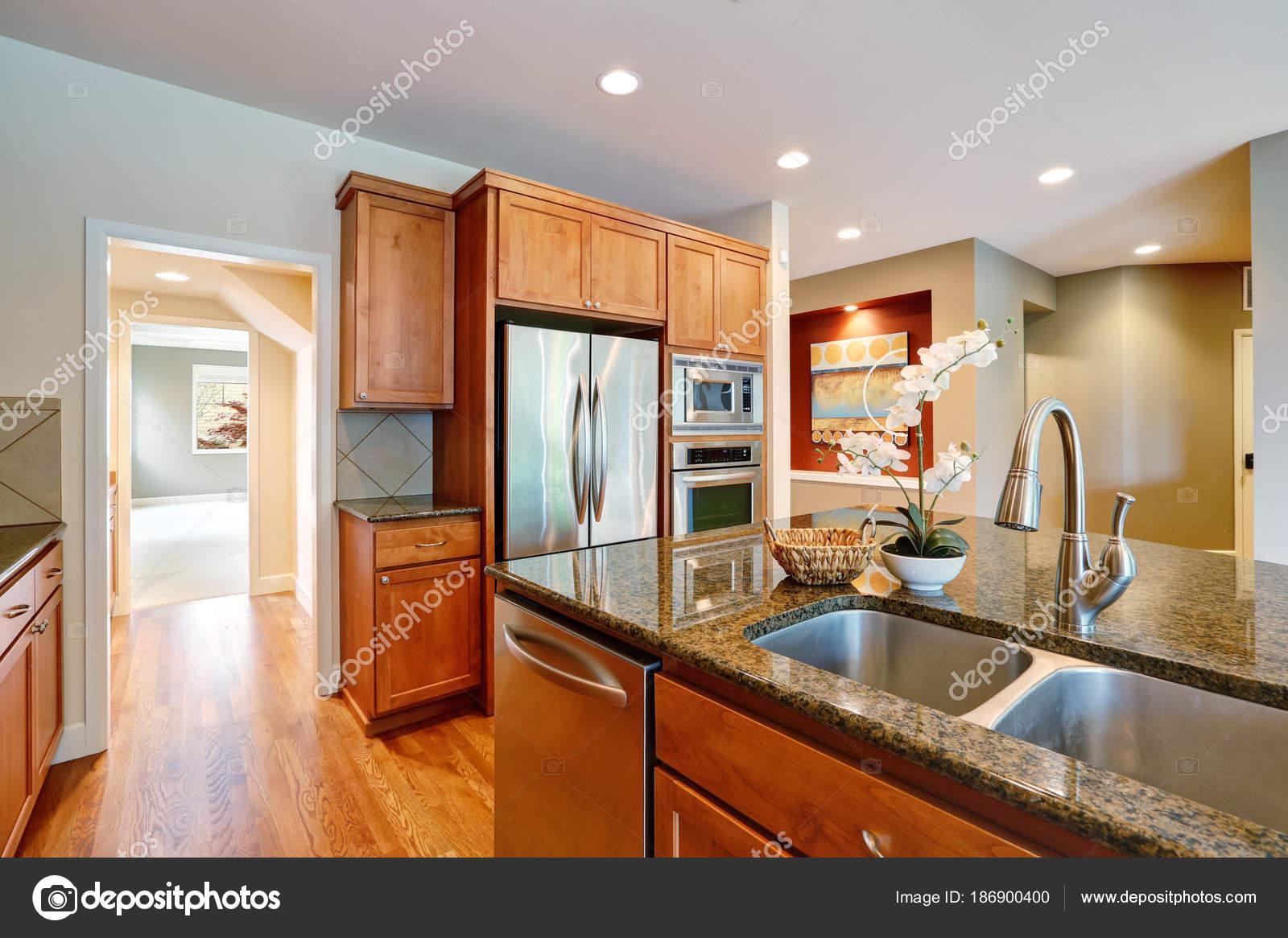 Invitación brillante cocina cuenta con mostradores de granito — Foto ...