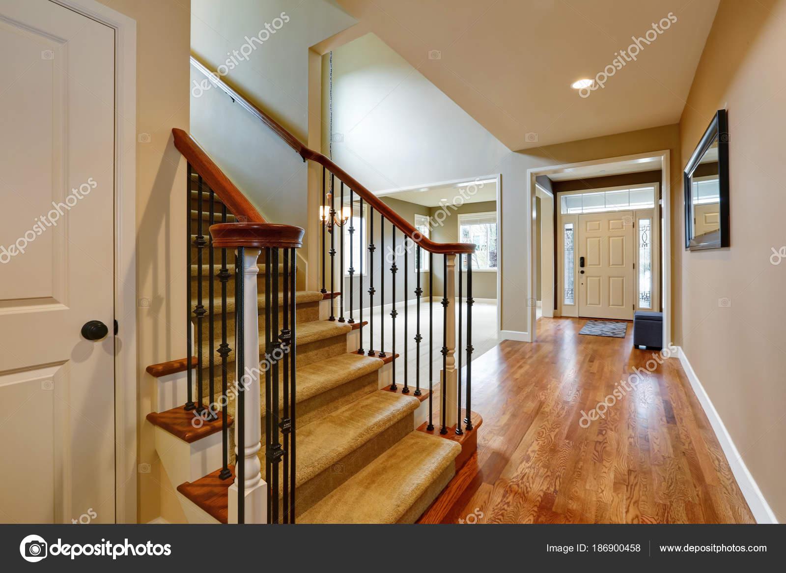 Leichte Taupe Interieur mit erstaunlichen floorplan — Stockfoto ...