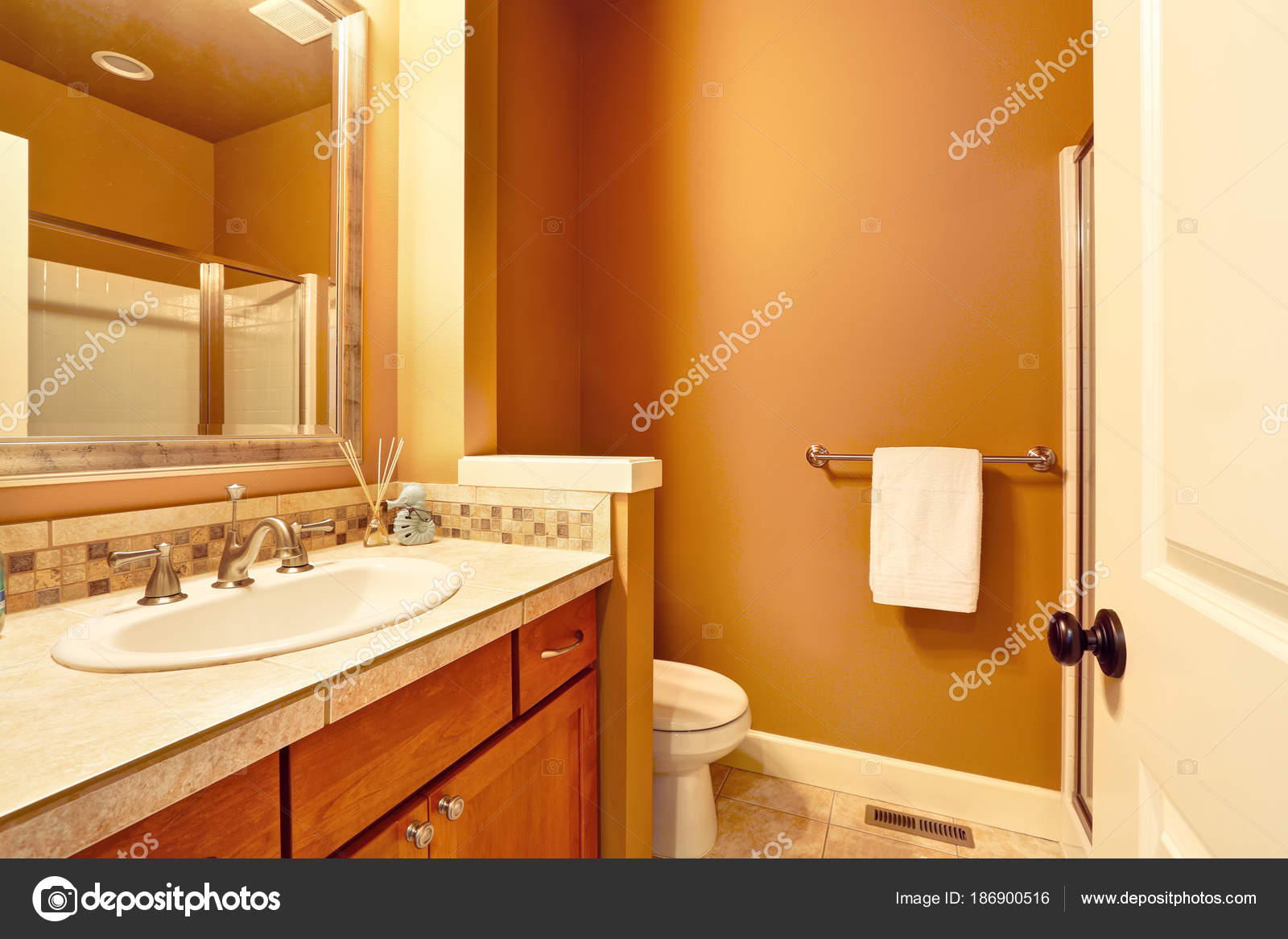 Interno del bagno marrone e arancione u foto stock iriana w