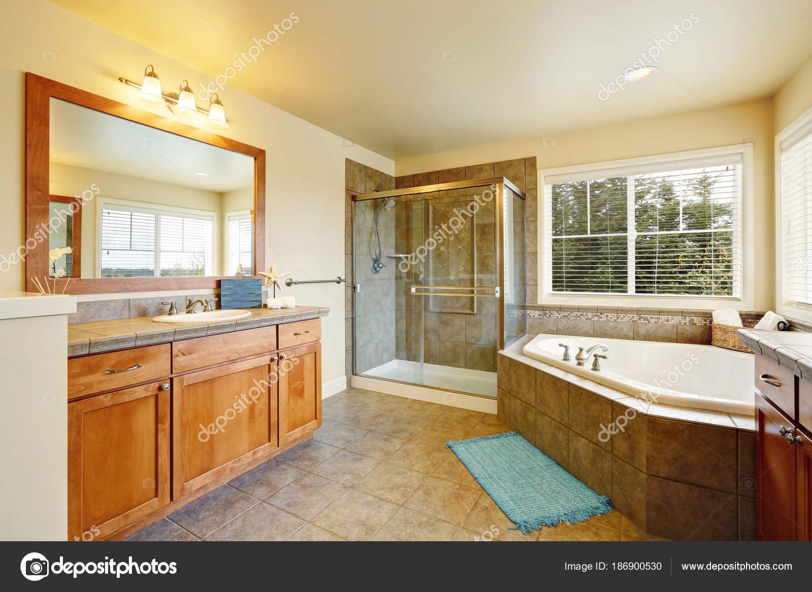 Wunderschöne Spa wie Badezimmer mit zwei Eitelkeitskabinette ...