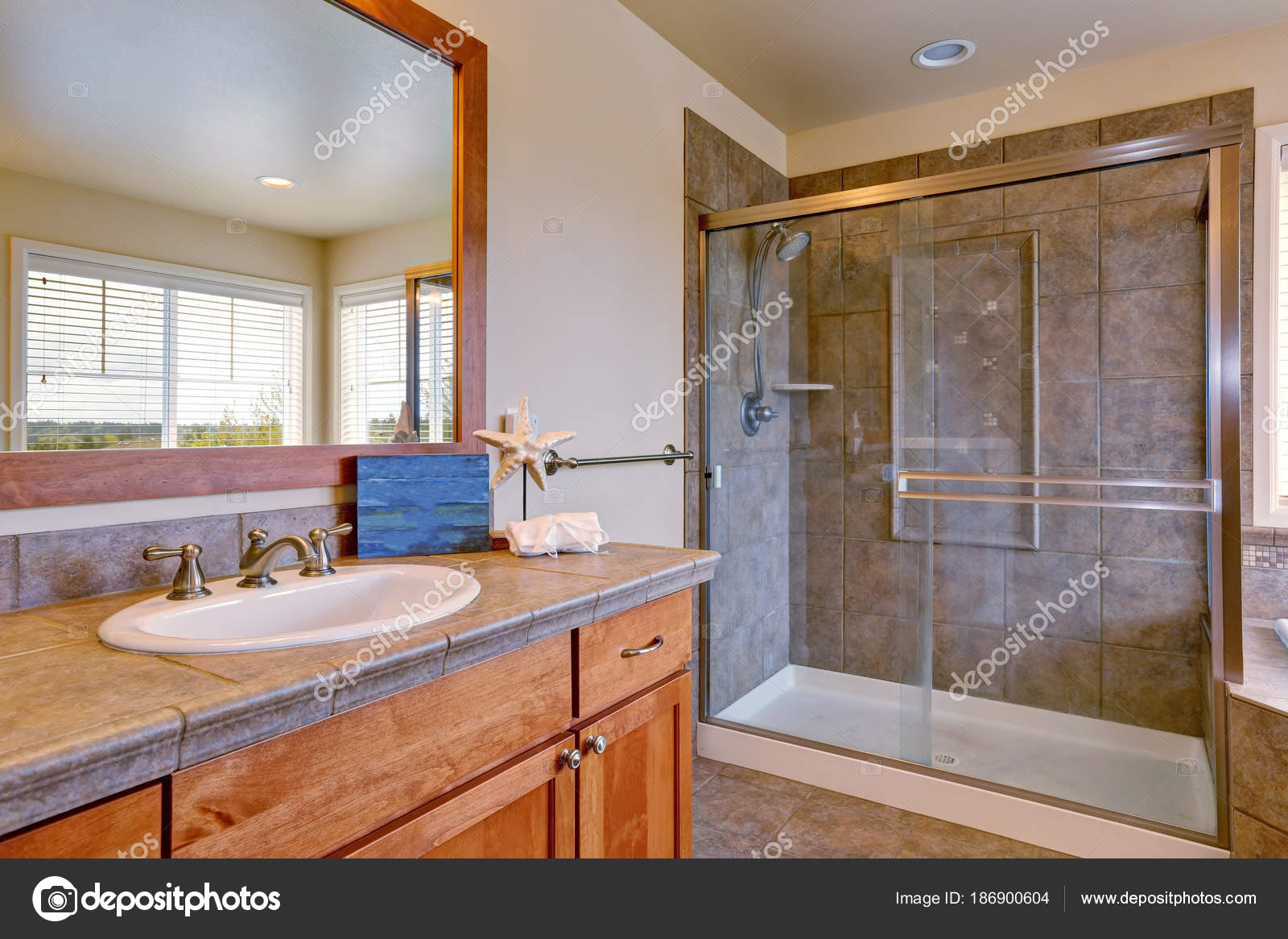 Splendida spa come bagno con due vanity armadi — Foto Stock ...