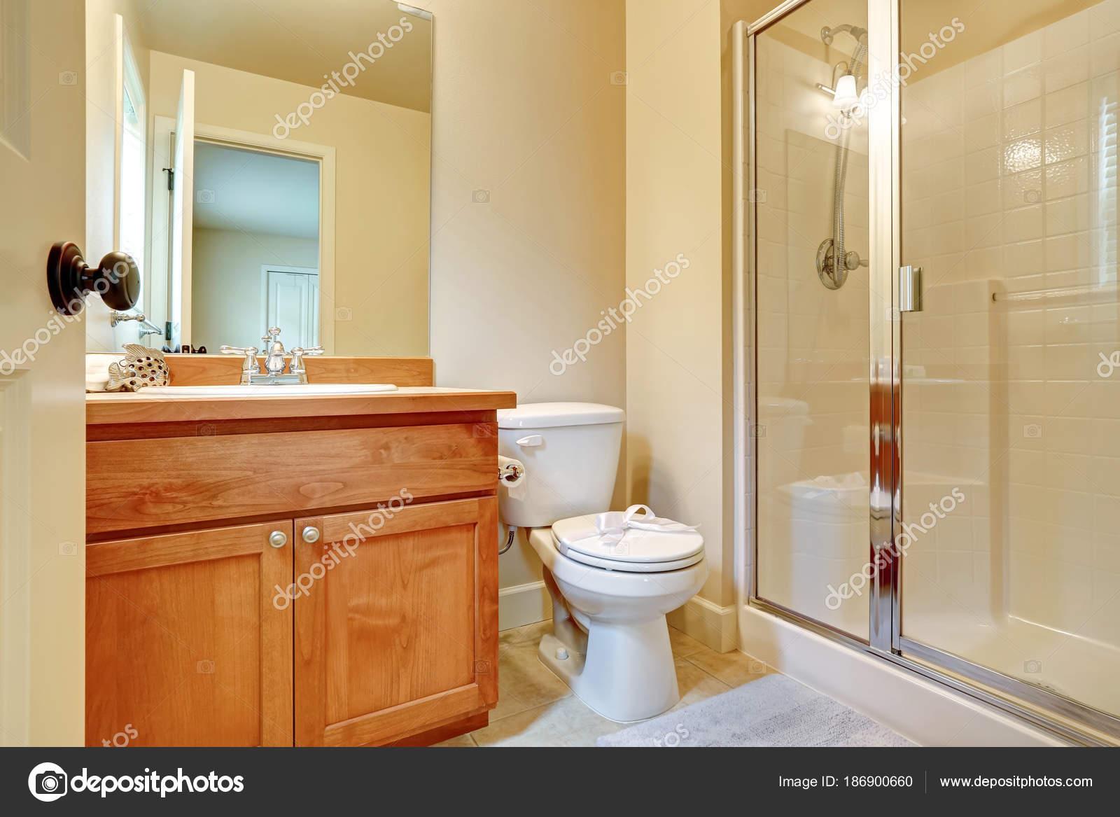 Offene Tür für ein en-suite Badezimmer — Stockfoto ...
