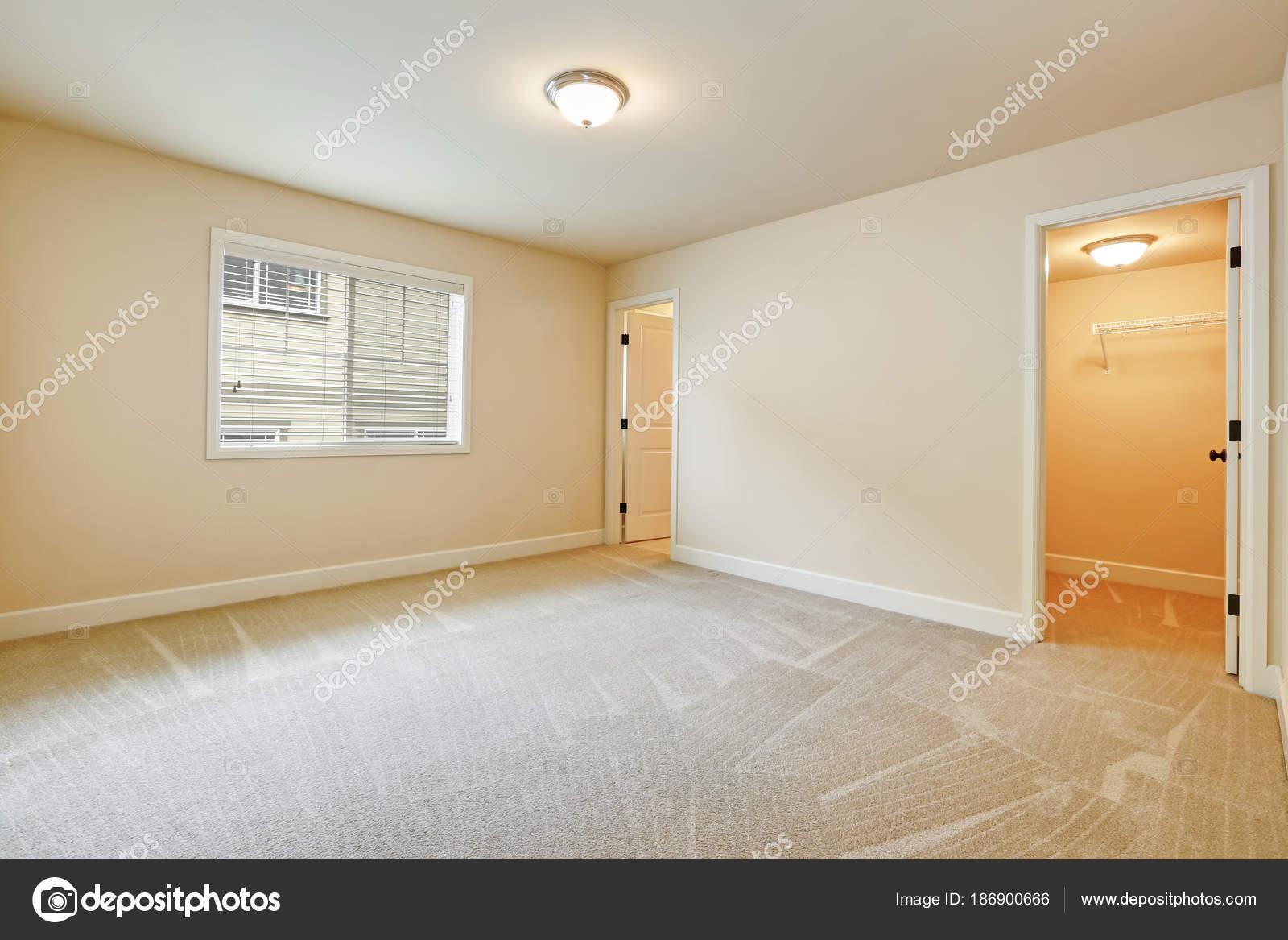 Interni di luce camera da letto vuota nei toni del beige — Foto ...