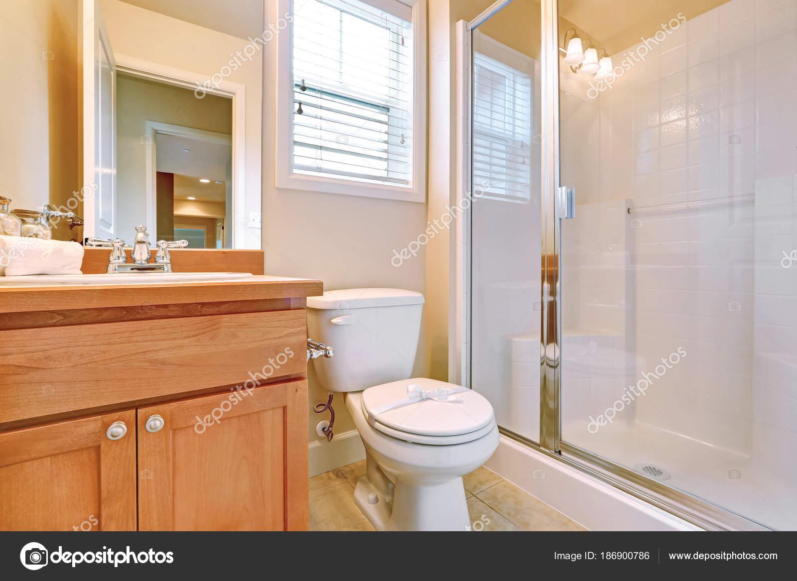 Offene Tür für ein en-suite Badezimmer — Stockfoto © iriana88w ...