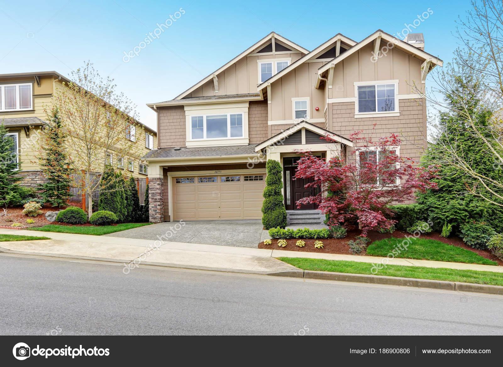 Schöne Beige Haus außen mit gepflegten Vorgarten — Stockfoto ...