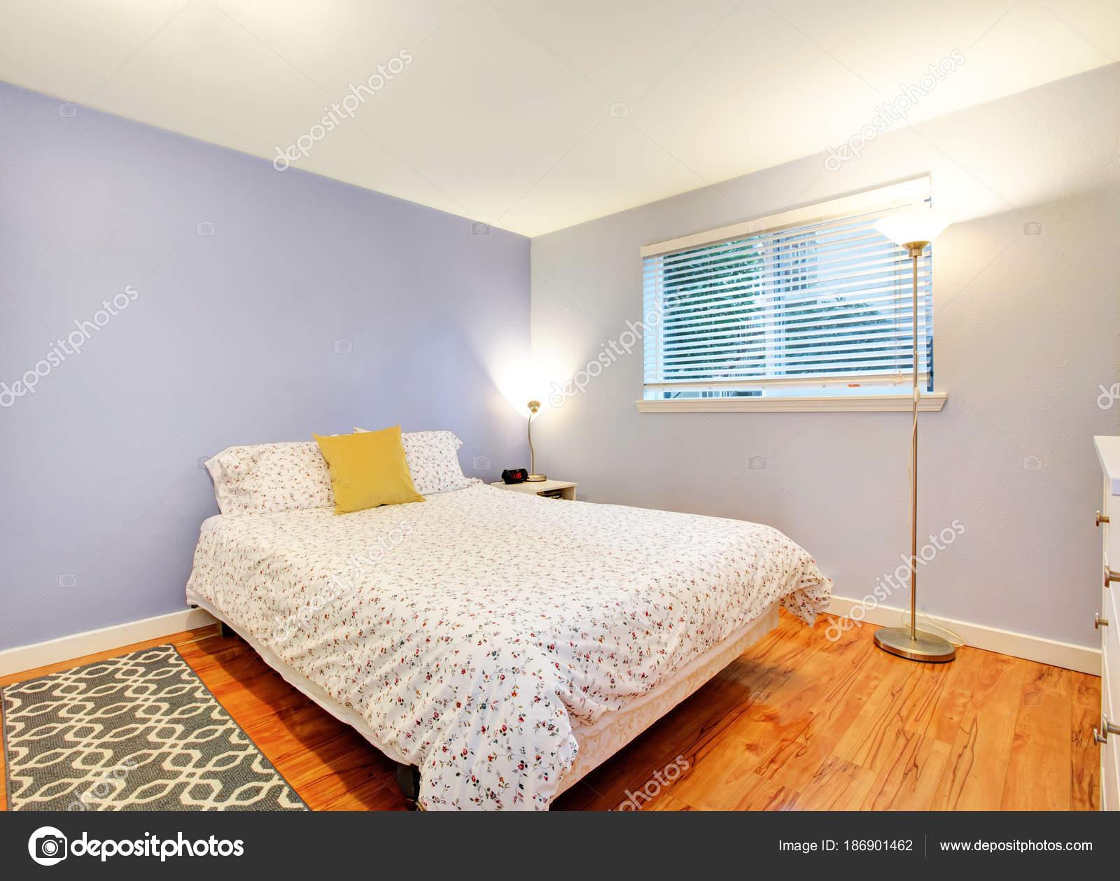 Accogliente camera da letto con pareti color lavanda — Foto Stock ...