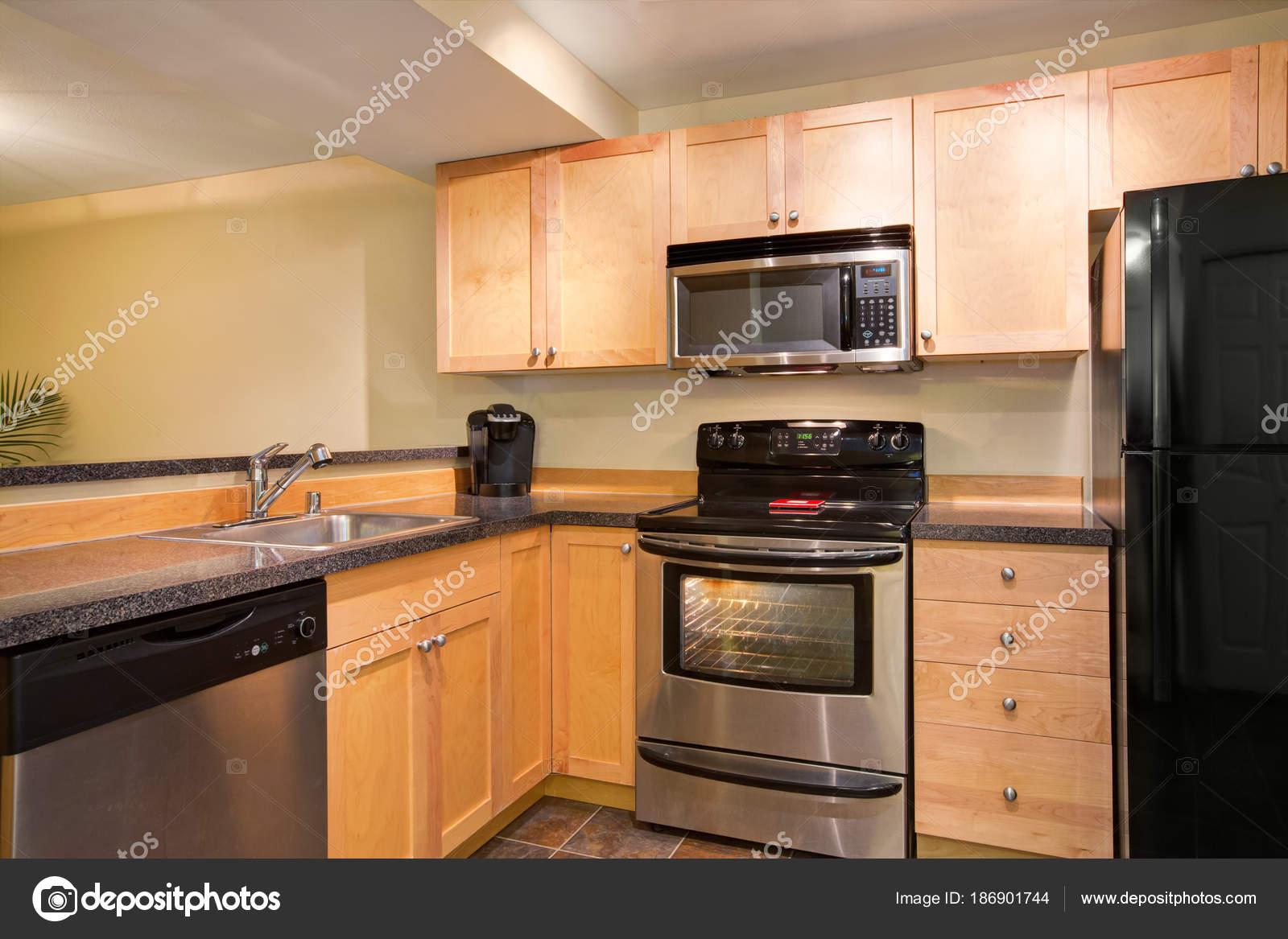Diseño de cocina eficiente y compacta con miel manchada de gabinetes ...
