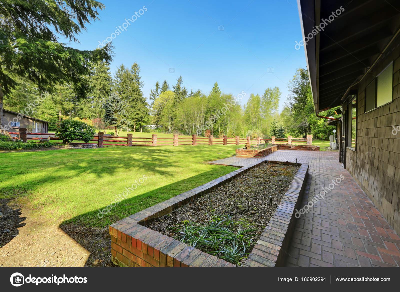 Erstaunliche abgelegenen Haus mit großen eingezäunten Vorgarten ...