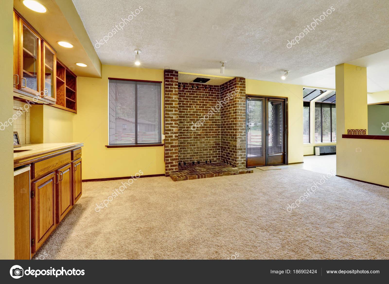 Leere Familienzimmer Interieur mit weiche gelbe Wände — Stockfoto ...