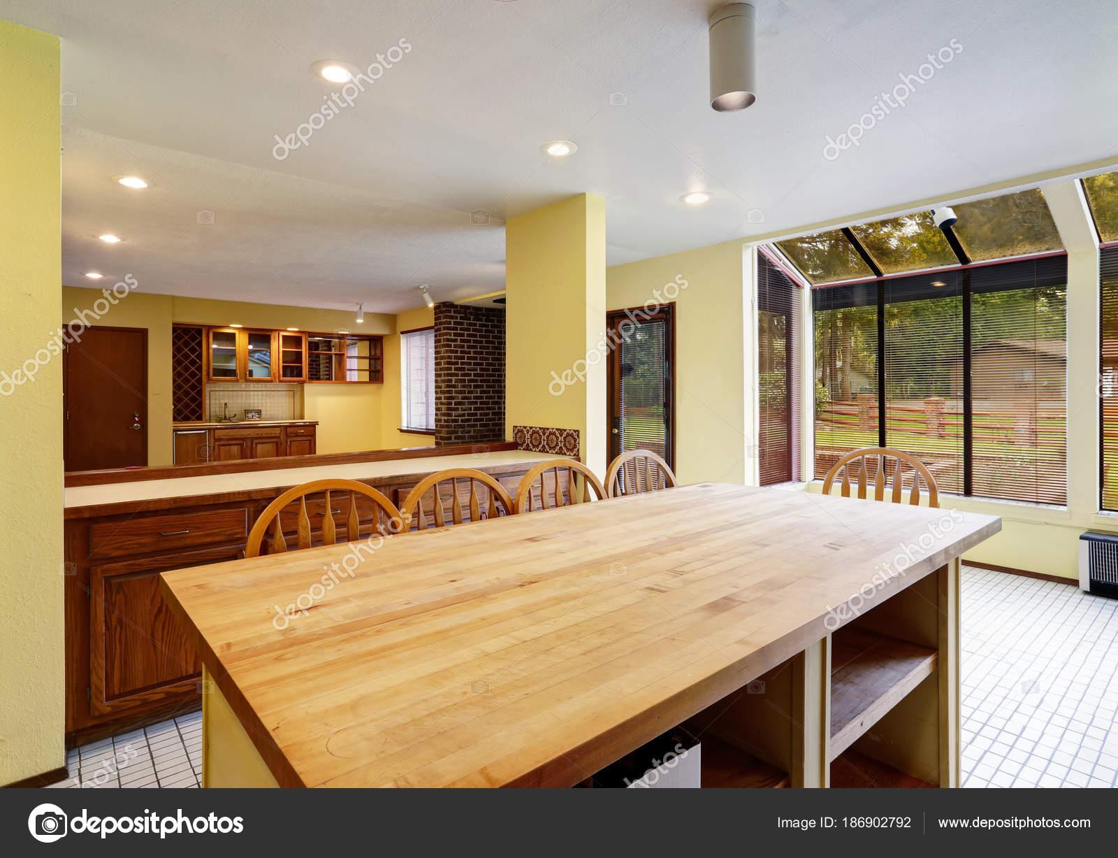 Cocina abierta con isla grande conduce a la sala de familia — Foto ...