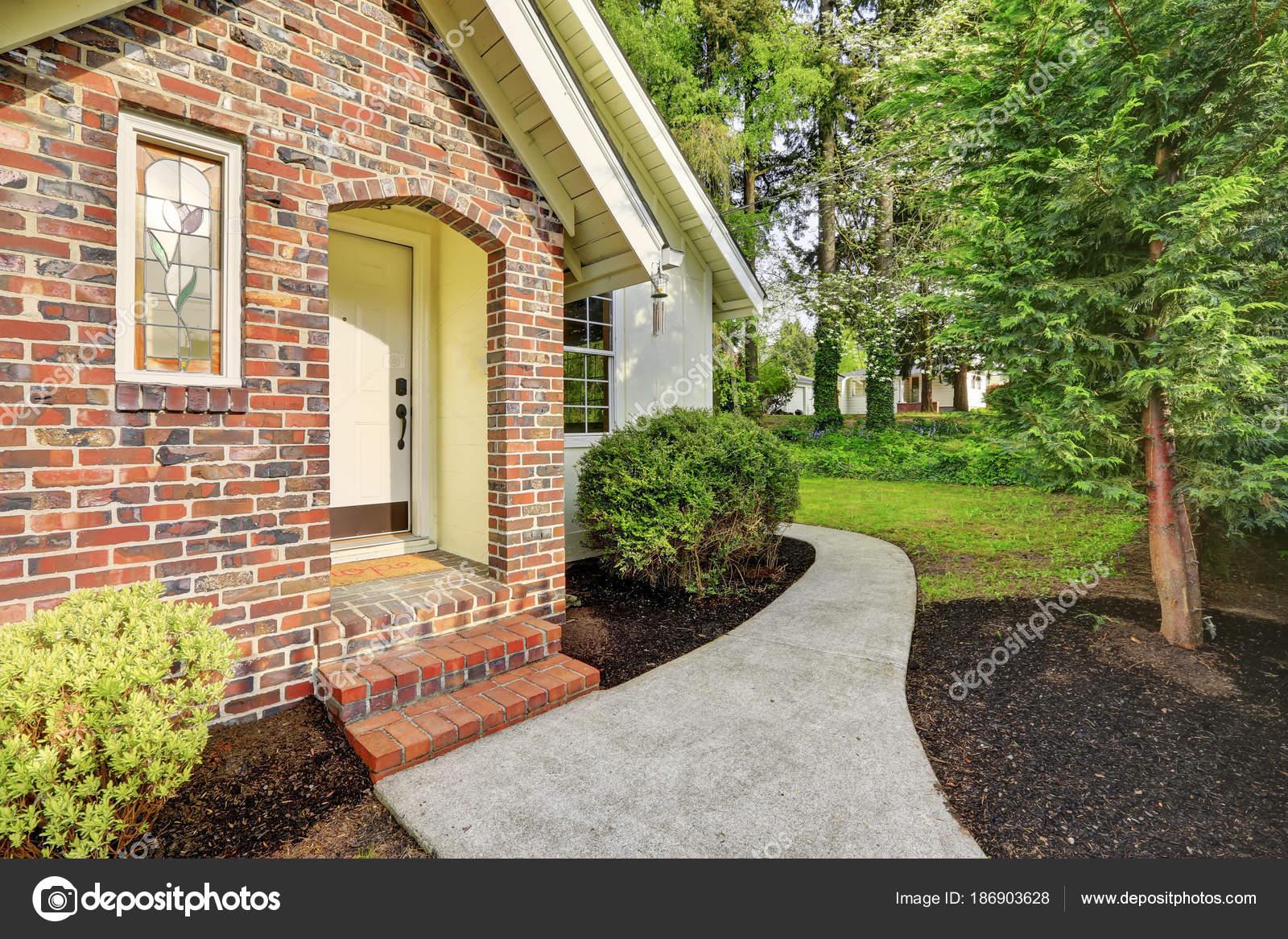 Ext rieur de maison blanche avec des accents rouge brique for Maison en brique blanche