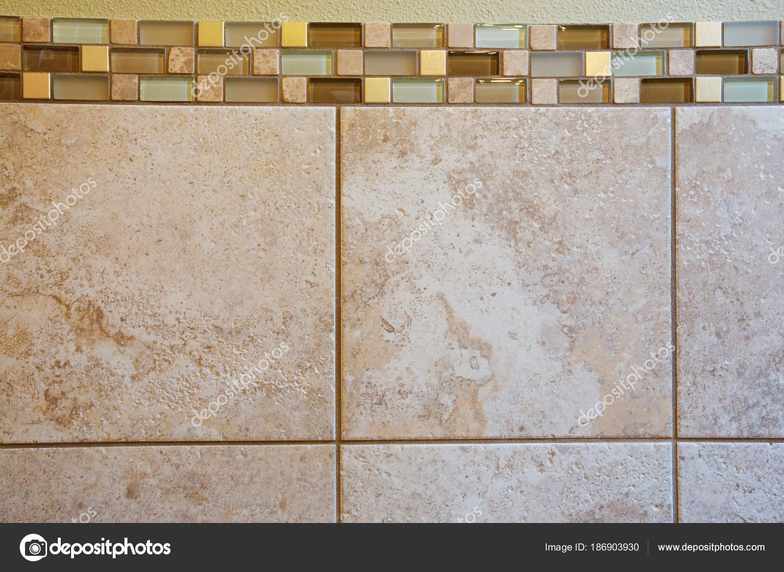 Interno di bagno padronale con primi piani di piastrelle da