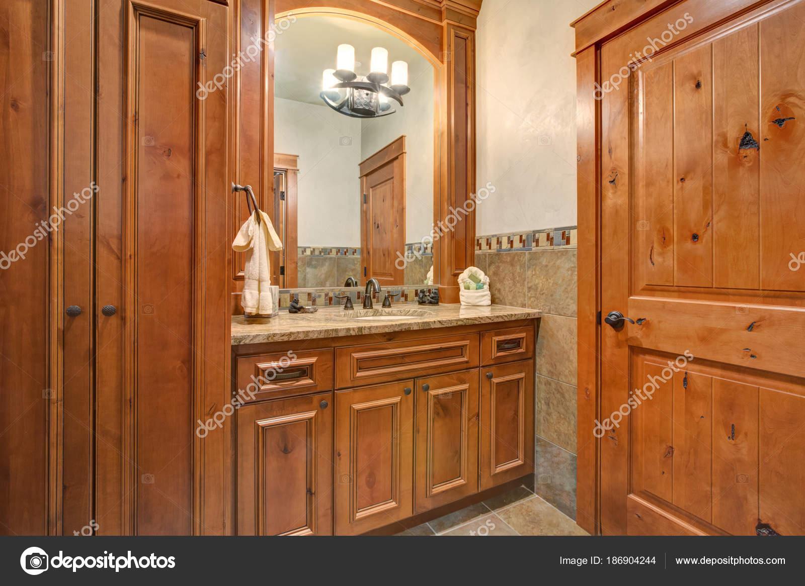 ванная комната с деревянной ванной тщеславие стоковое фото