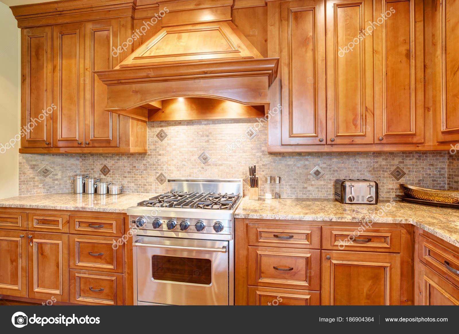 Gourmet-Küche verfügt über eine gekrümmte Dunstabzugshaube ...