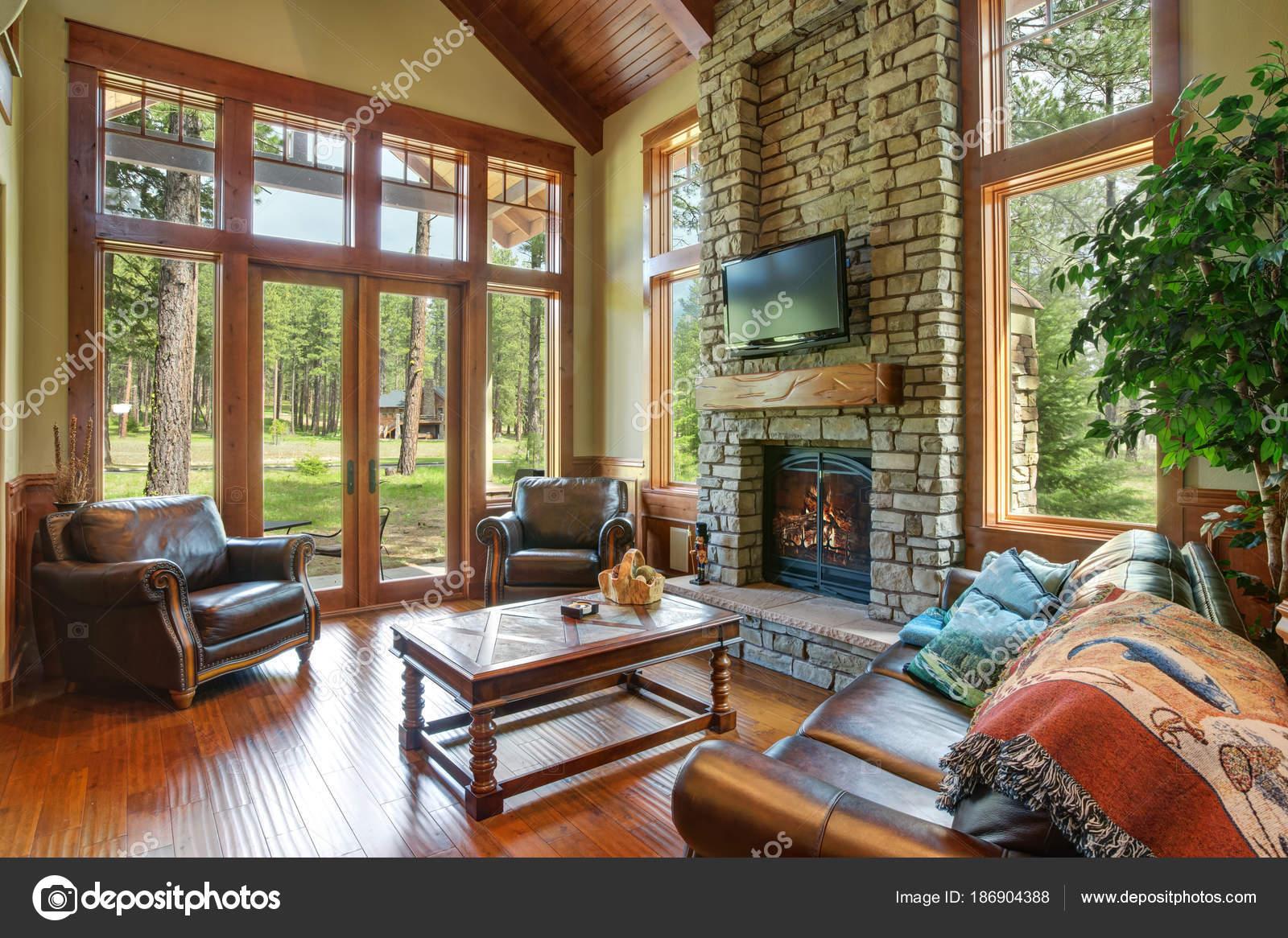 Beeindruckendes Design Wohnzimmer Mit Kamin Steinmauer Stockfoto