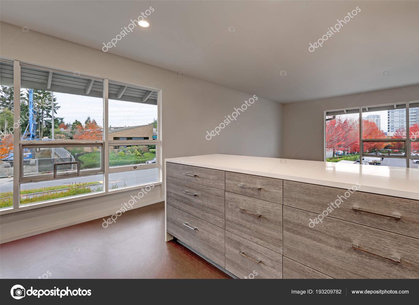 Neue moderne Wohnung Interieur mit grau gestrichenen Wänden ...