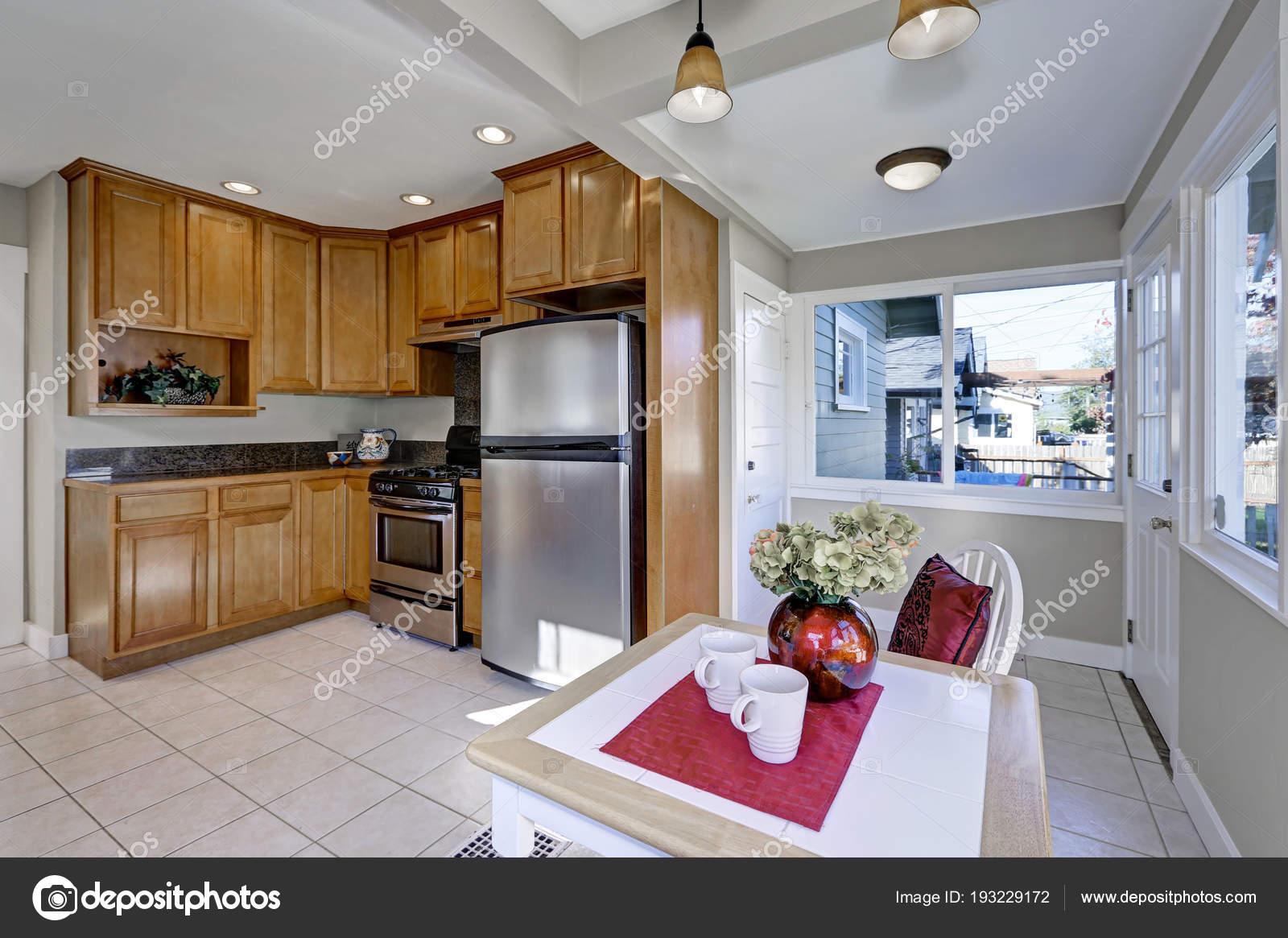Cucina compatta ben aggiornata e tinello — Foto Stock © iriana88w ...
