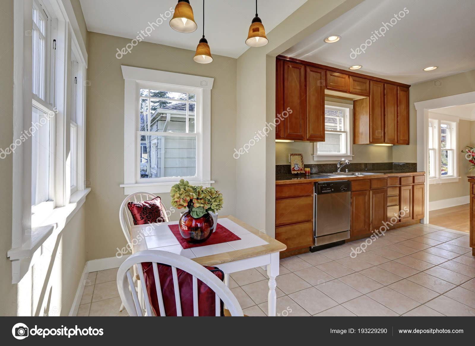 Sole pieno tinello si apre alla cucina — Foto Stock © iriana88w ...