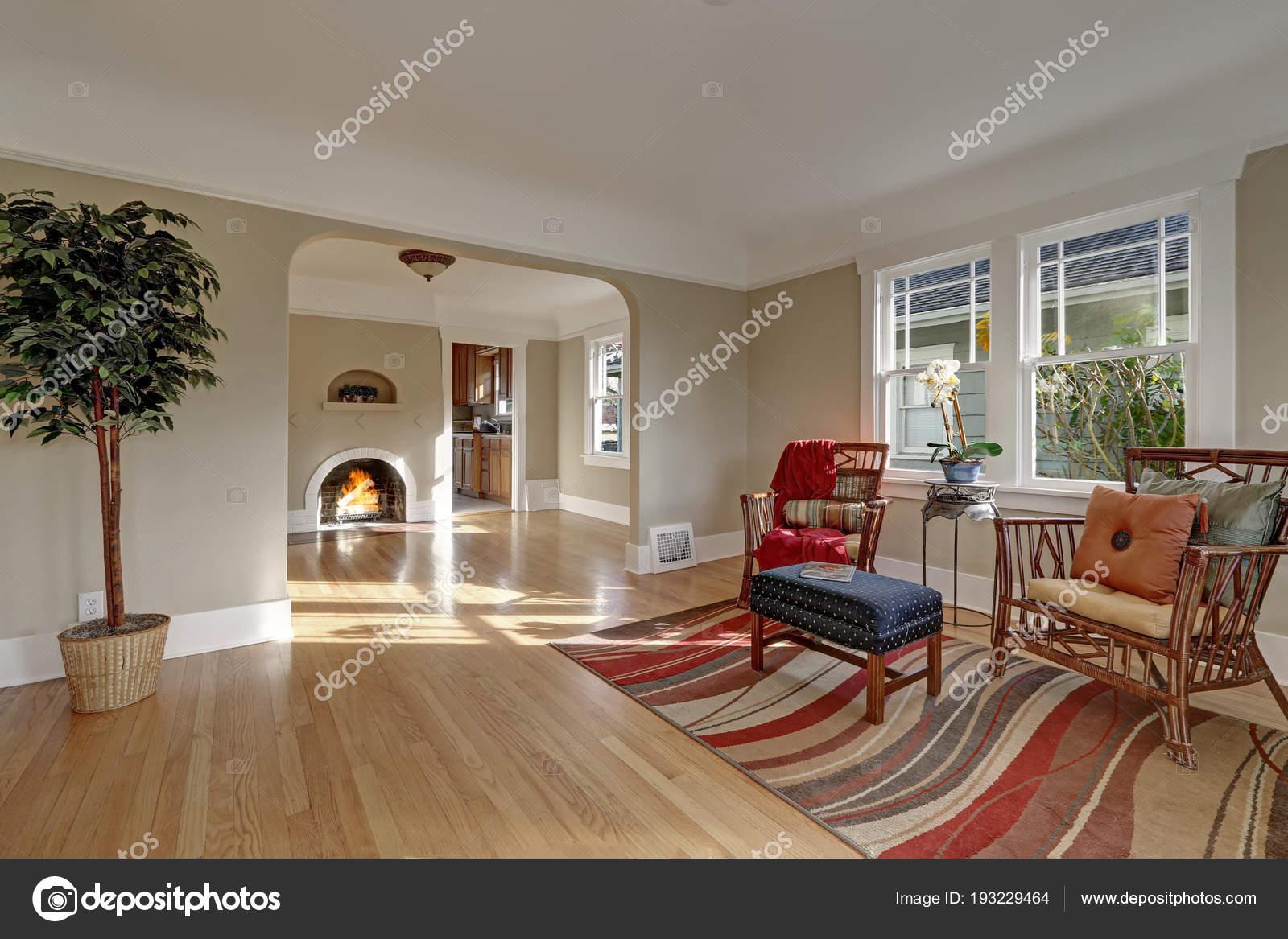 Handwerker nach Hause innen Vitrinen helles Wohnzimmer — Stockfoto ...