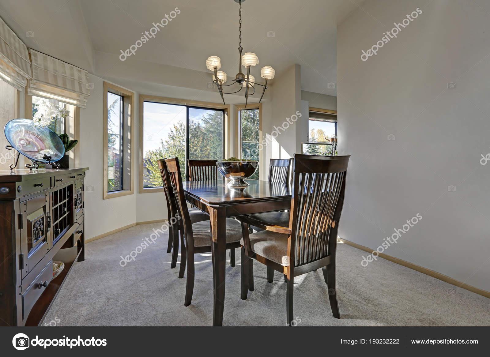 Einladend Licht gefüllt Esszimmer mit Holz Esstisch — Stockfoto ...