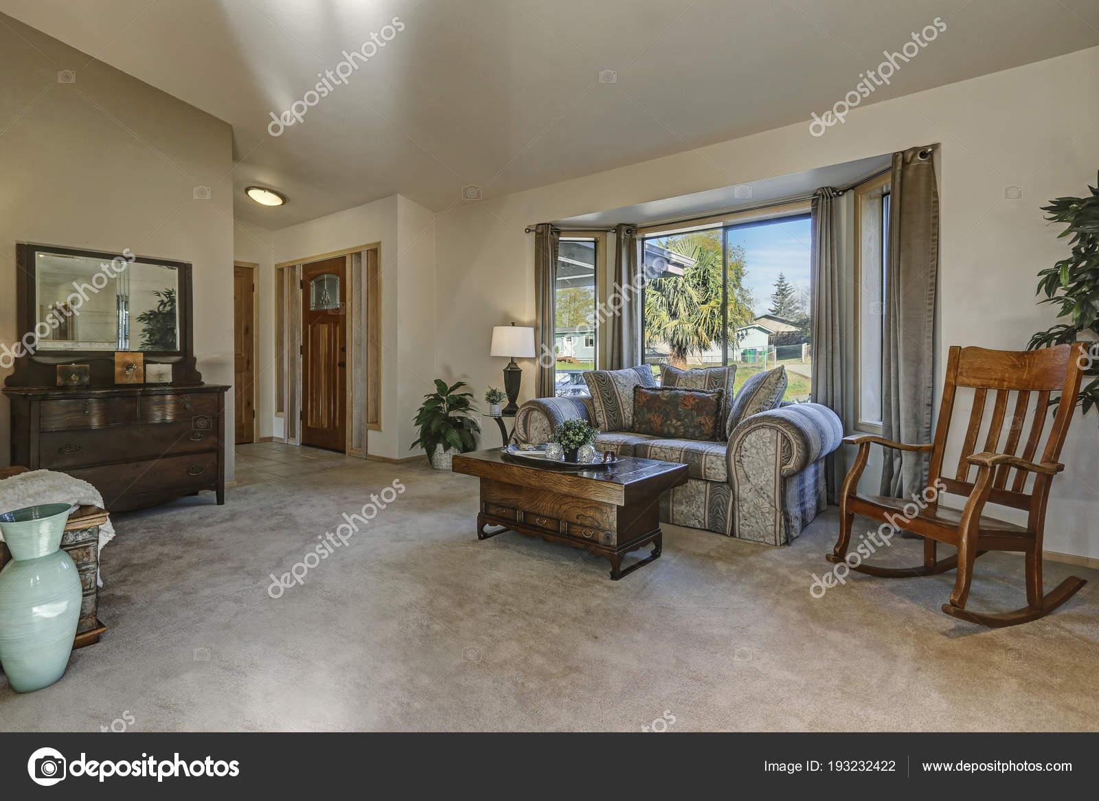 Schommelstoel Aan Plafond.Licht Gevuld Familiekamer Met Gewelfd Plafond Stockfoto