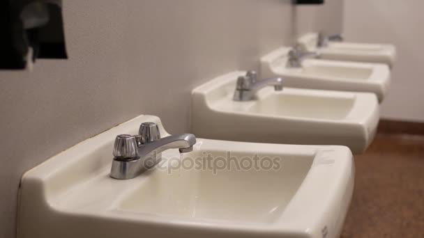 Belül nyilvános mosdóban csöpögő tényezője