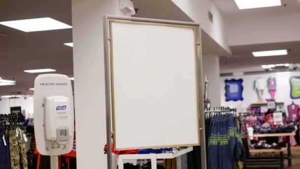 658ae974a9a Λευκή πινακίδα για τη διαφήμισή σας δίπλα Sears κατάστημα είσοδο– πλάνα  αρχείου