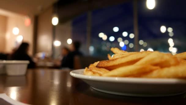 Mozgás emberek megrendelés élelmiszerek belül Dennys étterem