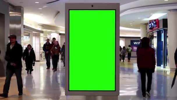 Pohyb lidí nakupování a zelené sreen Billboard ve středu uvnitř Burnaby nákupní centrum
