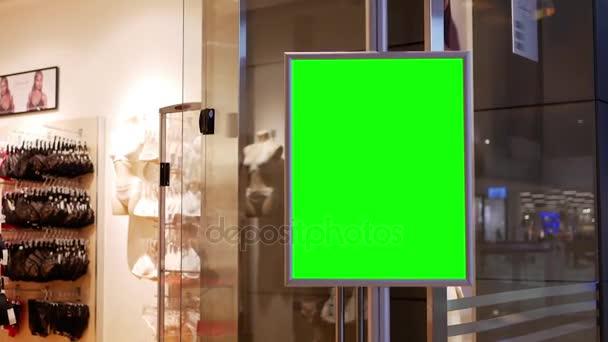 512ac5ccec8 Κίνηση πράσινη πινακίδα για τη διαφήμισή σας δίπλα σε πώληση σουτιέν  κατάστημα είσοδο μέσα σε Coquitlam εμπορικό κέντρο– πλάνα αρχείου