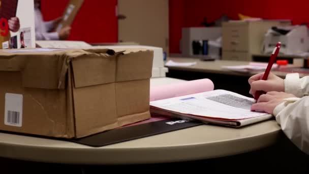 Pohyb žena výdej zásilky a podpis jméno na poště uvnitř postnet expresní úřadu