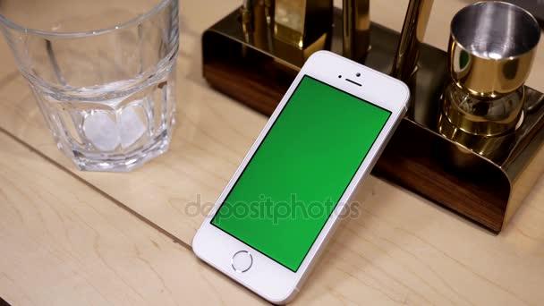 Motion display nádobí a green screen telefon na stole