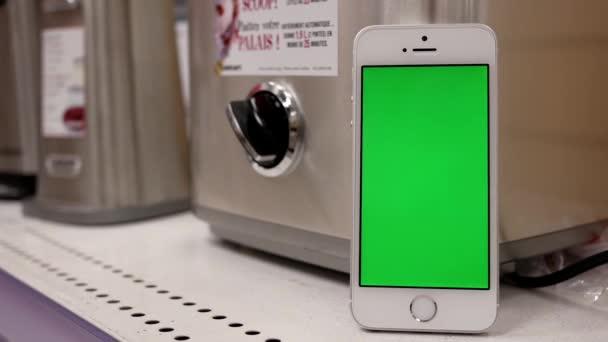 Pohyb stroje zmrzlina žena snaží displej s telefonem zelená obrazovka pro vaši reklamu