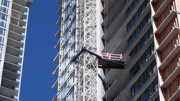 Pohyb moderní výšková budova s stavební jeřáb