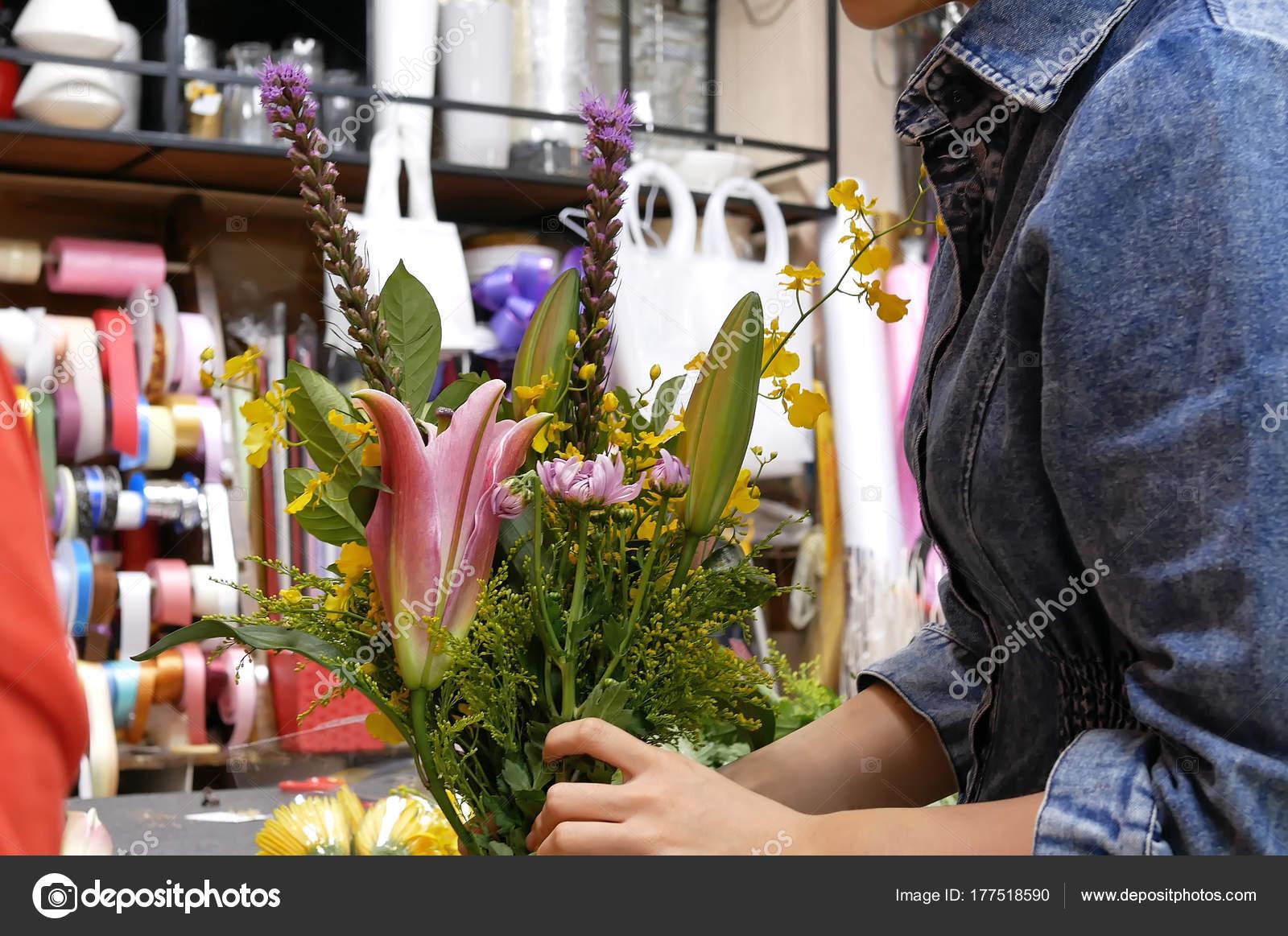 Movimiento De Floreria Prepara Un Ramo De Flores Para El Cliente
