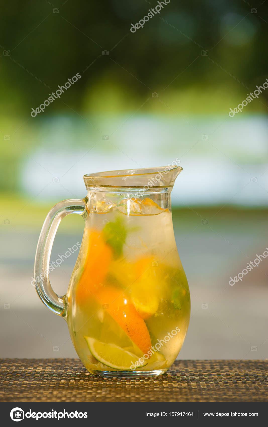 Alkoholfreie Getränke und Obst — Stockfoto © migfoto #157917464