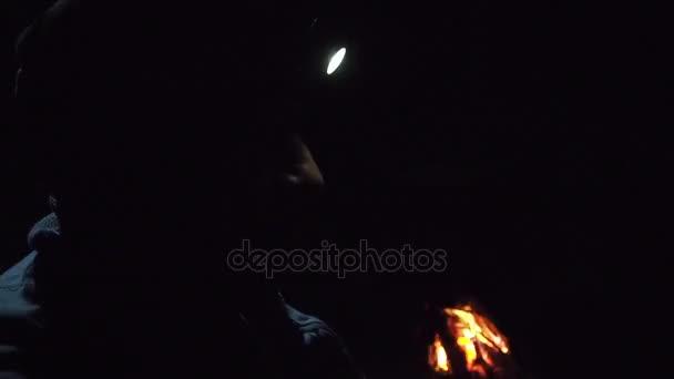 falò in un campo in montagna e la luce delle torce
